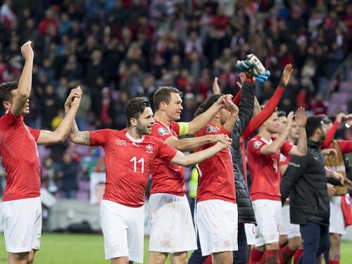 Gross ist die Freude über den Sieg: Die Schweizer lassen sich vom Genfer Publikum feiern (Bild: KEYSTONE/LAURENT GILLIERON)