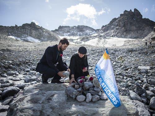 Ende September gab es eine Gedenkfeier für den sterbenden Pizolgletscher. Als erster Gletscher mit langjähriger Messreihe musste er aus dem Messnetz gestrichen werden. (Bild: KEYSTONE/GIAN EHRENZELLER)