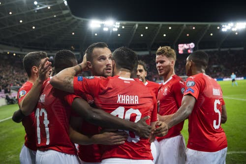 Seine Teamkollegen beglückwünschen den Schweizer Torschützen Haris Seferovic (Mitte) zum 1:0. Bild: Keystone/Jean-Christophe Bott (Genf, 15. Oktober 2019)