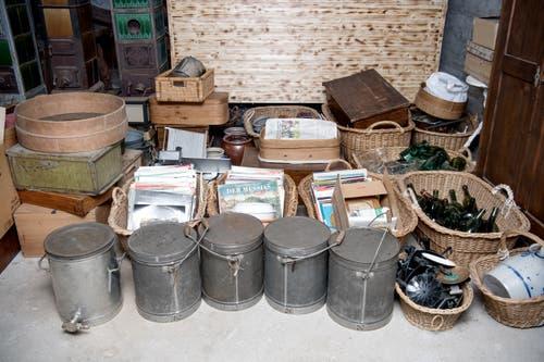 Auch Körbe, Flaschen und Töpfe stehen zum Verkauf.