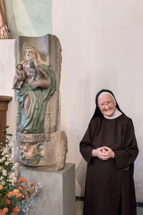 Frau Mutter Sr. Maria Nicola Schmucki neben dem Grundstein.