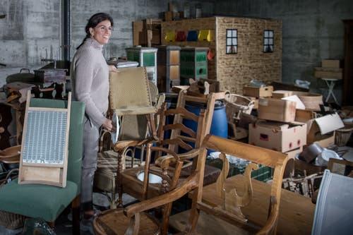 María Fernanda Salvador, Mitglied des Stiftungsrates St. Anna, bereitet den Antiquitätenmarkt vor.