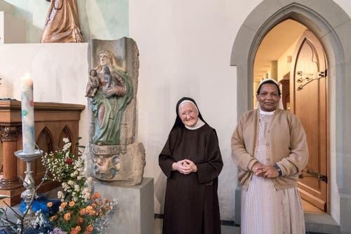 Frau Mutter Sr. Maria Nicola Schmucki (links) und Sr. Avelina Wisso Ignace neben dem Grundstein des ersten Klosters St. Anna. (Bilder: Pius Amrein)
