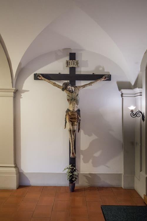 Lebensgrosse Figur von Jesus am Kreuz. Gelangte von der Hofkirche St. Leodegar ins Kloster St. Anna. Wahrscheinlich in Deutschland gefertigt.