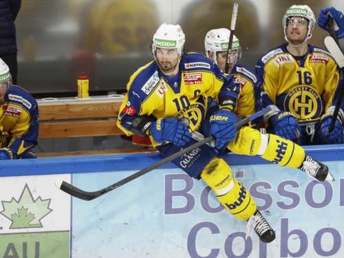 Auch im 1000. NLA-Spiel am Dienstagabend in Freiburg war HCD-Captain Ambühl mit vollem Einsatz engagiert - auch wenn am Ende eine 2:4-Niederlage resultierte (Bild: KEYSTONE/PETER KLAUNZER)