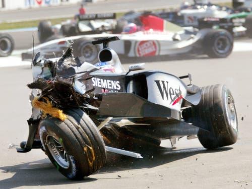 Nach einem Jahr bei Sauber wechselte Räikkönen für fünf Saisons zu McLaren-Mercedes. Seine Bilanz bei den Silberpfeilen: 9 Siege, WM-Zweiter 2003 und 2005. Hier kam er bei einem Unfall 2003 im Grand Prix von Deutschland mit dem Schrecken davon (Bild: KEYSTONE/AP/THOMAS KIENZLE)