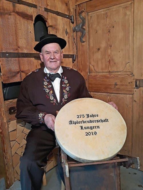 OK-Präsident Beat Schallberger mit einem Lungerer Alpkäse. (Bild: PD)