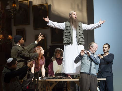 Rossinis «Il Barbiere di Siviglia» in Basel als groteske Satire. (Bild: Priska Ketterer)