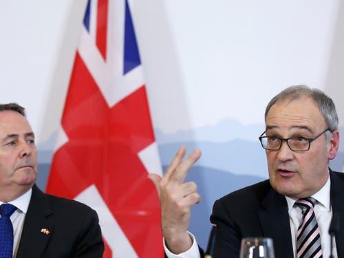 Die Schweiz und Grossbritannien haben sich auf die Zeit nach einem No-Deal Brexit vorbereitet: Der britische Handelsminister (links) und Bundesrat Guy Parmelin unterzeichneten im Februar ein Handelsabkommen. (Bild: KEYSTONE/PETER KLAUNZER)