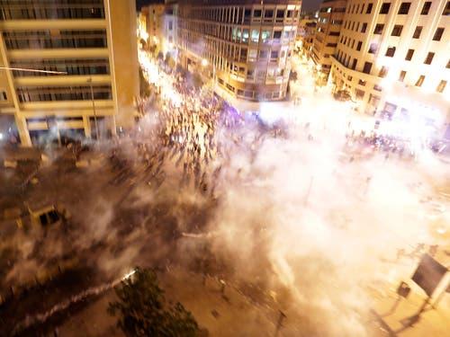 Die Polizei reagiert mit Tränengas auf Proteste gegen die Regierung im Libanon. (Bild: KEYSTONE/AP/HASSAN AMMAR)