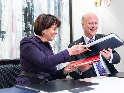 Bereits im Dezember letzten Jahres unterzeichneten die damalige Bundesrätin Doris Leuthard und der britische Transportminister Chris Grayling ein Luftverkehrsabkommen für den Fall eines No-Deal Brexit. (Bild: KEYSTONE/ENNIO LEANZA)