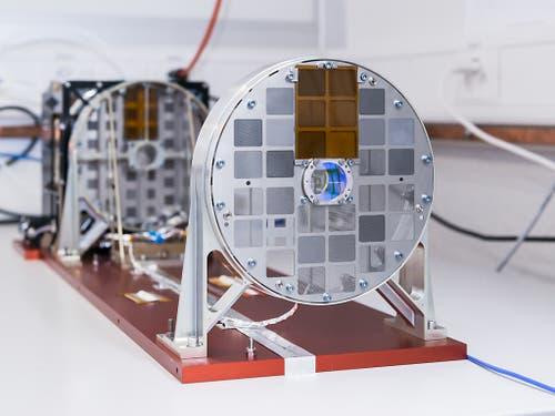 Das Röntgenteleskop mit der Bezeichnung «STIX» trägt 32 Röntgendetektoren, vor die je zwei Metallgitter montiert sind. (Bild: Jan Hellmann)