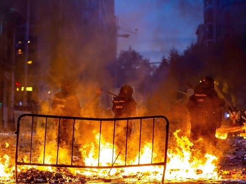 Vor allem vor dem Polizeipräsidium in Barcelona kam es zu Ausschreitungen. (Bild: KEYSTONE/EPA EFE/ENRIC FONTCUBERTA)