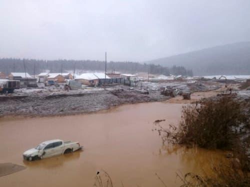 Nach einem Dammbruch in der Nähe der Siedlung Schtschetinkino in Sibirien stehen Strassen und Häuser unter Wasser. (Bild: KEYSTONE/AP Russian Emergency Ministry Press Service)