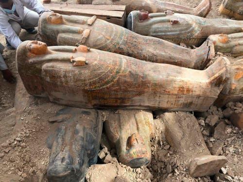 Archäologen haben 3000 Jahre alte Holzsärge in der Nekropole Asasif am Westufer des Nil nur einen Meter unter der Erde in zwei Reihen aufgestapelt gefunden. (Bild: KEYSTONE/AP Egyptian Ministry of Antiquities)