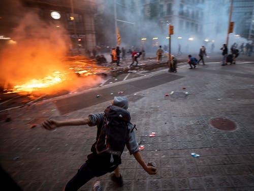 Auch am Freitagabend kam es in Barcelona zu schweren Ausschreitungen zwischen katalanischen Unabhängigkeitsbefürwortern und der Polizei. (Bild: KEYSTONE/AP/EMILIO MORENATTI)