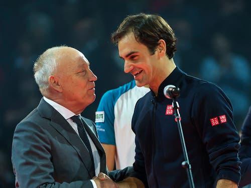 Turnierdirektor Roger Brennwald gratuliert Roger Federer zum Sieg (Bild: KEYSTONE/GEORGIOS KEFALAS)