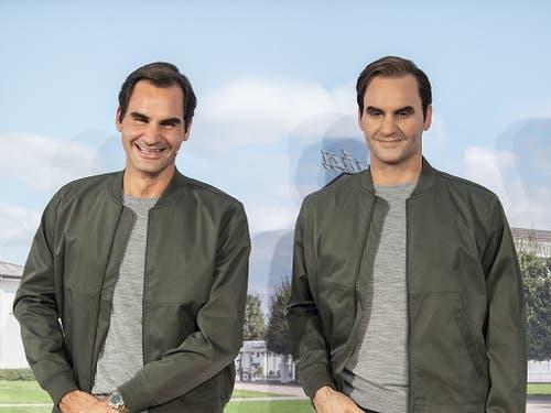 Roger Federer begegnet an einem Sponsoren-Termin seinem künstlichen Ebenbild - und wird über das Resultat der Swiss-Indoors-Auslosung informiert (Bild: KEYSTONE/ENNIO LEANZA)