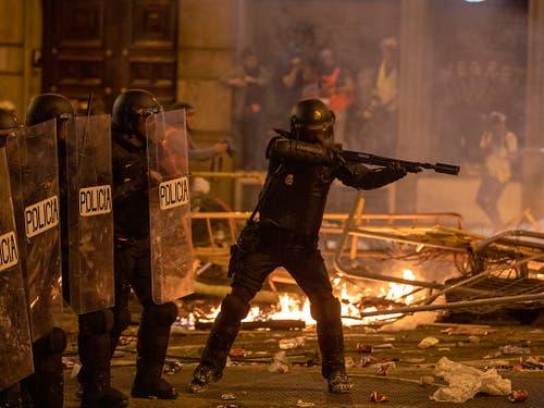 Die spanische Polizei setzte Gummigeschosse gegen die Randalierer ein. (Bild: KEYSTONE/AP/EMILIO MORENATTI)