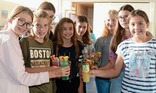 Im Jugendtreff B2 mixten die Kursteilnehmerinnen alkoholfreie Cocktails und dekorierten sie.Bilder: Corinne Hanselmann