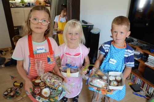 Stolz präsentieren die Kinder ihre selbst gebackenen und verzierten Küchlein.