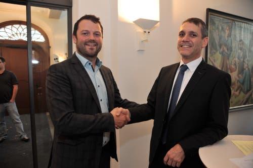 Pascal Blöchlinger (rechts) gratuliert dem neu gewählten Urner Nationalrat Simon Stadler zum Sieg. (Bild: Urs Hanhart, Altdorf, 20. Oktober 2019)