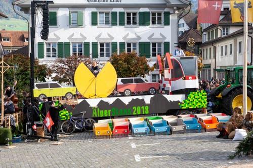 Den Spruchwagen zum Thema Verkehrschaos haben die letztjährigen Älper gebaut. (Bild: Edi Ettlin, Stans, 20. Oktober 2019)