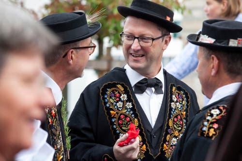 Am Wahltag mischt sich der wiedergewählte Nationalrat Peter Keller an der Stanser Älperchilbi unter das Volk. (Bild: Edi Ettlin, Stans, 20. Oktober 2019)