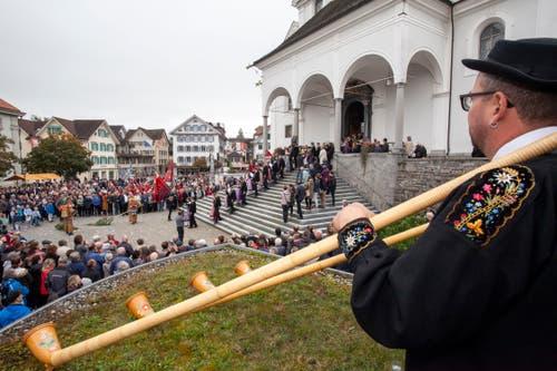 Beobachtet von den zahlreichen Zuschauern, zieht die Älpergesellschaft aus der Kirche aus. (Bild: Edi Ettlin, Stans, 20. Oktober 2019)