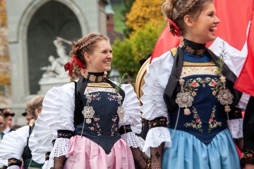 Die Begleiterinnen der Älperbeamten geniessen sichtlich ihren Auftritt auf dem Dorfplatz nach dem Festgottesdienst. Bild: (Edi Ettlin, Stans, 20. Oktober 2019)