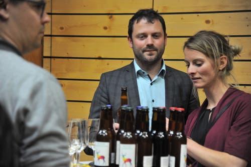 Der neue CVP-Nationalrat Simon Stadler genehmigte sich ein Bierchen. (Bild: Urs Hanhart, 20. Oktober 2019)