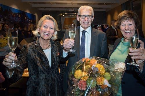 Sie haben guten Grund, anzustossen: Die gewählten Nationalräte von der CVP, Andrea Gmür, Leo Müller und Ida Glanzmann, an der Wahlfeier im Restaurant Lapin.(Bild: Eveline Beerkircher, Luzern, 20. Oktober 2019)