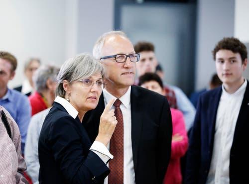 Regierungsrätin Silvia Thalmann und Ständerat Peter Hegglin verfolgen die Wahlresultate. (Bild: Stefan Kaiser, Zug, 20. Oktober 2019)