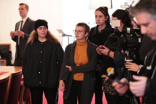 Juso-Präsidentin Mirjam Hostetmann (Mitte) mit Kolleginnen im Rathaus. (Bild: Roger Zbinden, Sarnen, 20. Oktober 2019)