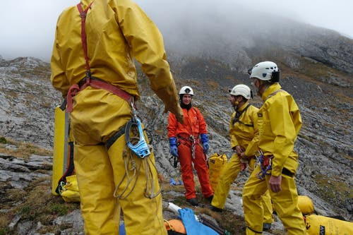 Die Erste-Hilfe-Gruppe mit Gruppenleiterin Simone Buchmann im orangen Overall. (Bild: Christiana Sutter)