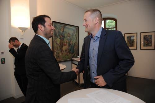 Der abgetretene Nationalrat Beat Arnold (rechts) gratuliert seinem Nachfolger Simon Stadler zu Wahl. (Bild: Urs Hanhart, Altdorf, 20. Oktober 2019)