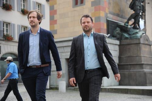 Der neue Nationalrat Simon Stadler (rechts) zusammen mit Flavio Gisler, Präsident der CVP Uri, beim Gang zum Rathaus. (Bild: Urs Hanhart, Altdorf, 20. Oktober 2019)