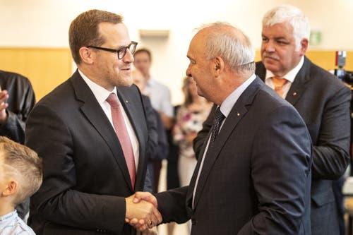 FDP-Ständeratskandidat Kaspar Michel (links) gratuliert Alex Kuprecht (SVP) zur Wiederwahl in den Ständerat. (Bild: Alexandra Wey/Keystone, Schwyz, 20. Oktober 2019)