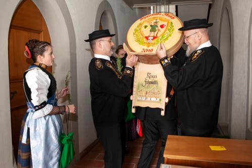 Pfarradministrator Melchior Betschart (rechts) nimmt im Keller des Pfarrhauses den von den Sennenmeistern gespendeten Käse entgegen. (Bild: Edi Ettlin, Stans, 20. Oktober 2019)