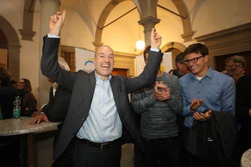 Das Warten endet in Jubel: Fischer schaffte zum zweiten Mal nach 2011 die Wahl in den Nationalrat. (Bild: Philipp Schmidli, Luzern, 20. Oktober 2019)