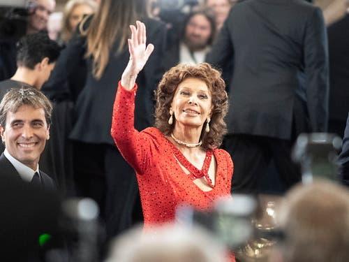 Sophia Loren hat am Sonntag den Europäischen Kulturpreis «Taurus» für ihr Lebenswerk erhalten. Ihr Sohn, der Dirigent Carlo Ponti jr. (l), pries seine Mutter in seiner Laudatio nicht nur als Künstlerin, sondern als äusserst soziale Frau. (Bild: KEYSTONE/EPA/CHRISTIAN BRUNA)