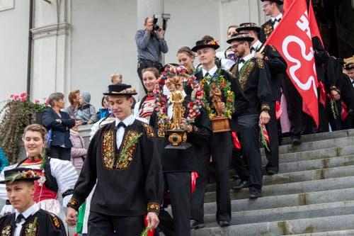 Die Älper verlassen nach dem Festgottesdienst die Kirche. (Bild: Edi Ettlin, Stans, 20. Oktober 2019)
