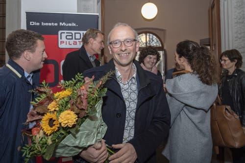 Michael Töngi (Grüne) freut sich über die Blumen und wohl – um einiges mehr – über seine Wiederwahl. (Bild: KEYSTONE/Urs Flüeler, Luzern, 20. Oktober 2019)