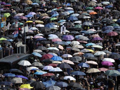Trotz eines Polizeiverbots haben in Hongkong wieder Zehntausende Menschen gegen die Regierung protestiert. (Bild: Keystone/AP/MARK SCHIEFELBEIN)