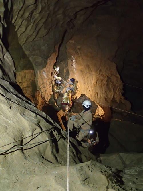 Aus dem Appenzeller Schacht im Churfirstengebiet wurde im Rahmen einer Übung eine Person gerettet. (Bild: PD)