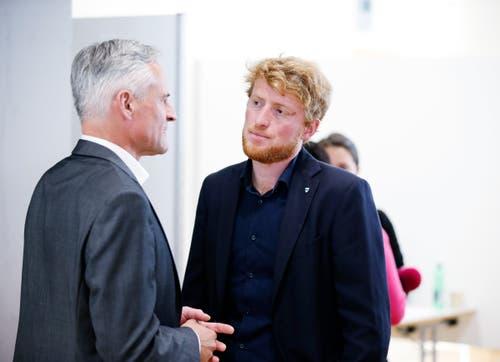 Ständeratskandidat Matthias Michel im Gespräch mit ALG-Kantonalpräsident und Nationalratkandidat Andreas Lustenberger. (Bild: Stefan Kaiser, Zug, 20. Oktober 2019)