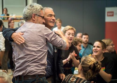 Der neue grüne Nationalrat Kurt Egger wird gefeiert. (Bild: Reto Martin)