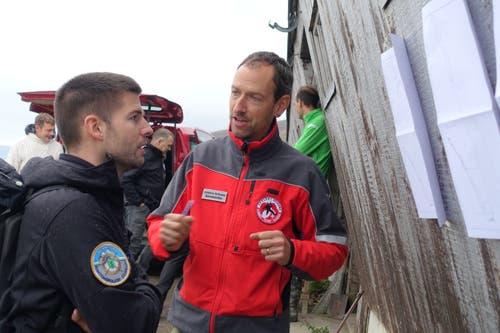 Marcel Weyermann vom Alpin-Kader der Kantonspolizei St.Gallen (links) diskutiert mit Andreas Schwarz, Kolonnenchef 7 von Speleo-Secours. (Bild: Christiana Sutter)