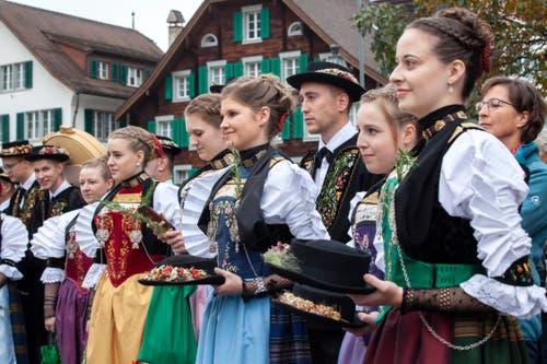Während die Fähndriche auf dem Dorfplatz die Fahnen schwingen, sind ihre Hüte bei den Älpermeitli gut aufgehoben. (Bild: Edi Ettlin, Stans, 20. Oktober 2019)