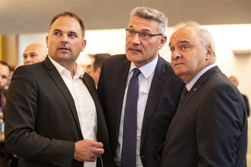 Von links nach rechts: Nationalrat Marcel Dettling (SVP), Nationalrat Pirmin Schwander (SVP) und Ständerat Alex Kuprecht (SVP) beobachten die Resultate im Wahlzentrum. (Bild: KEYSTONE/Alexandra Wey, Schwyz, 20. Oktober 2019)